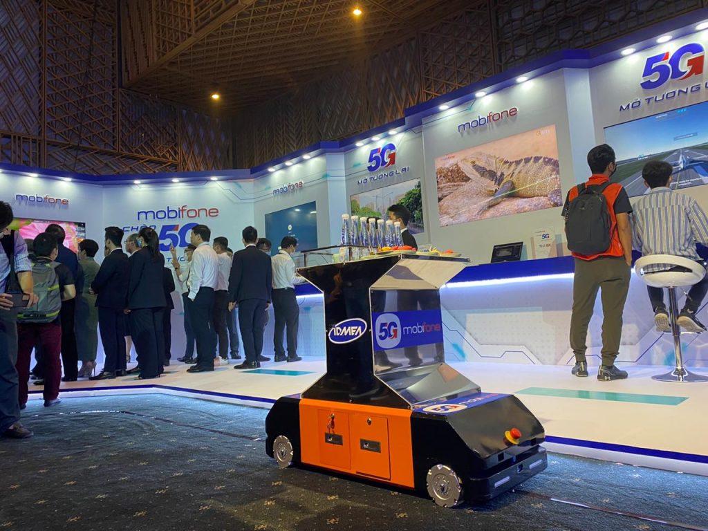 Robot AGV của Iroco tại sự kiện 5G của MobiFone